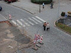 Tak vypadá už třetí týden místo s jedním z nejfrekventovanějších přechodů pro chodce v centru Pelhřimova.