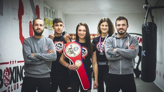 Boxerka Kateřina Vondráčková (na snímku druhá zprava) získala na mistrovství republiky stříbrnou medaili.