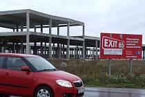 Datum, kdy auta poprvé zamíří na parkoviště outletového centra Exit 66, zůstává v nedohlednu. Mezi Brzoticemi a dálnicí pořád postává osiřelá železobetonová kostra obchodního domu. Tento stav je podle developerské společnosti pouze dočasný.