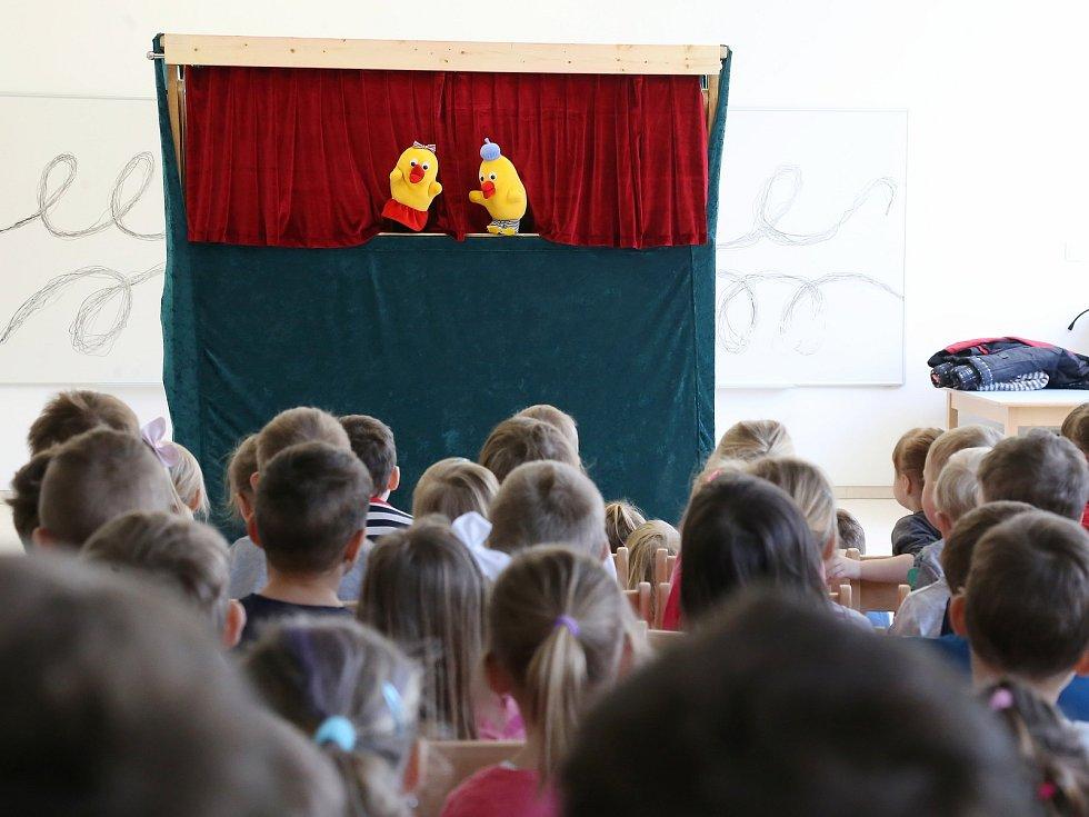 Do Mateřské školy Za Branou v Pacově přijelo maňáskové divadlo