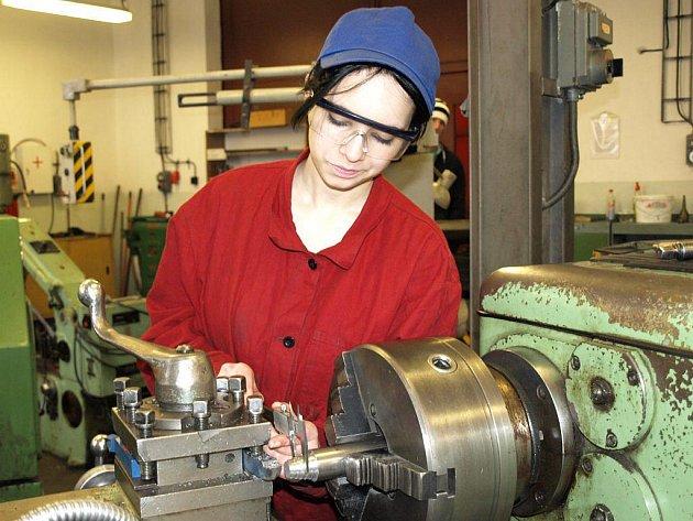 Dívky se chtějí stát kadeřnicemi nebo kosmetičkami, Gabriela Stradová odmala toužila opravovat auta