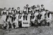 1980 – Cikháj. Soubor Stražišťan se v roce 1980 zúčastnil krajské přehlídky národopisných souborů regionu Horácka v obci Cikháj u Žďáru nad Sázavou. Na fotografii je celý vystupující soubor.