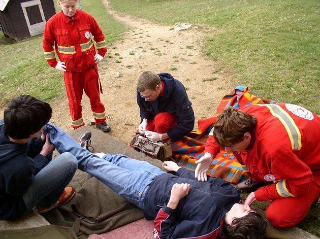 Letní tábor Zálesí u Mladých Bříšť patřil o víkendu zdravotníkům. Ti zde trénovali základy první pomoci zdravotnickou taktiku nebo transport poraněných.