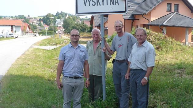 Zleva současný starosta Vyskytné Tomáš Koch, bývalý místostarosta Jiří Roubíček, Hanspeter Tschanz a bývalý starosta Josef Fridrichovský.