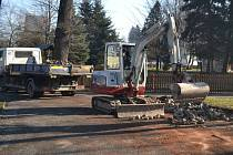 Součástí projektu plánované revitalizace humpoleckého parku Stromovka bylo i bourání dvou půlkruhových zídek, u nichž stály lavičky na sezení.