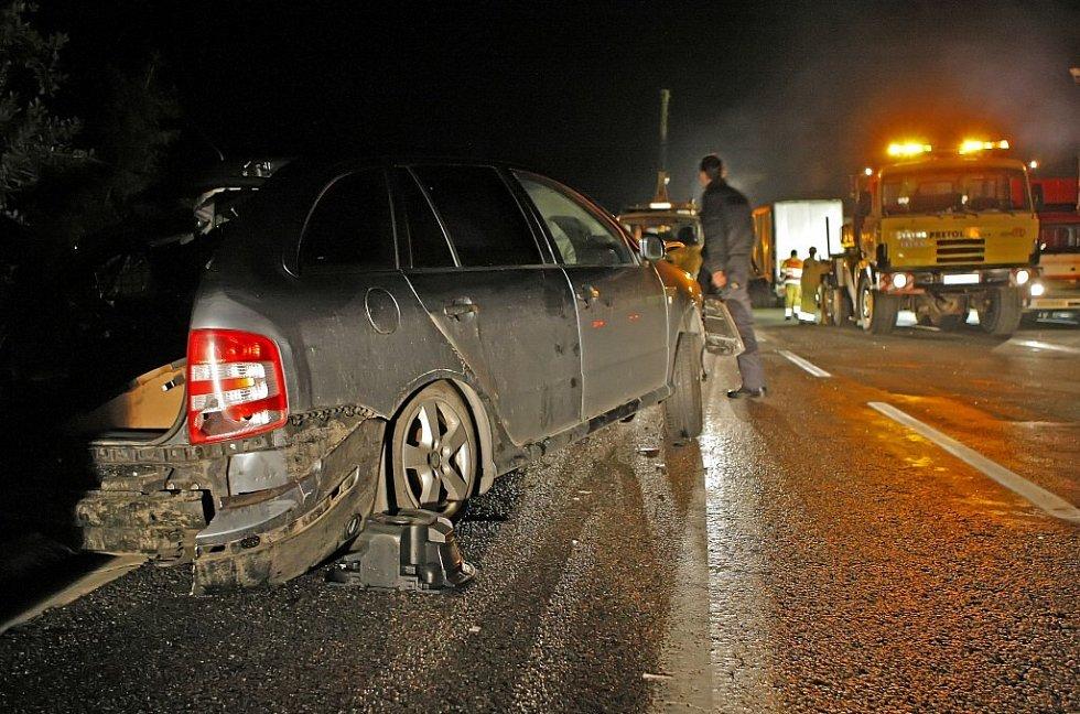 Do nehody byla zapletena i tři osobní vozidla.