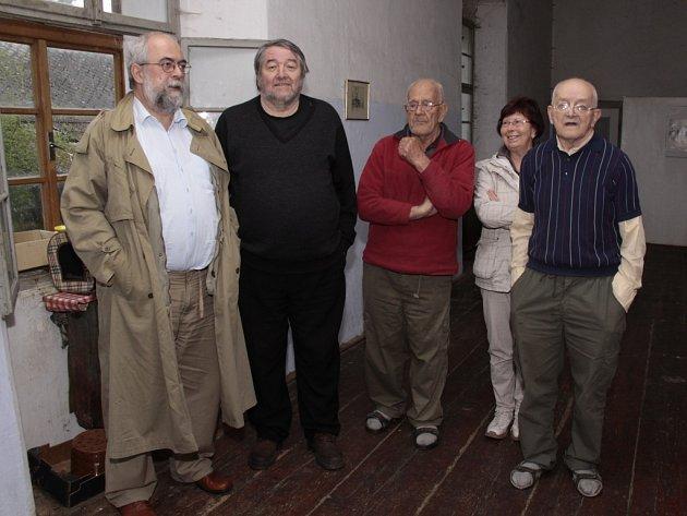 V dokumentárním filmu si zahraje i Jarmila Neomytková z Humpolce, která je na fotce (zleva novinář Jan Schneider, literární kritik Josef Mlejnek a bratři Daniel a Jiří Reynkovi).