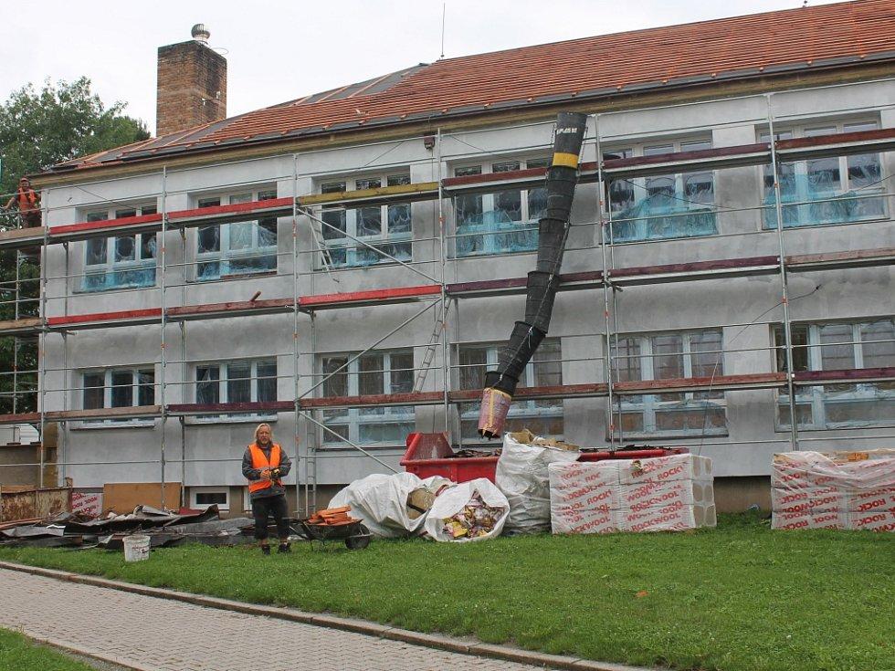 Čilý stavební ruch panuje v těchto dnech u objektů Základní školy Za Brannou.
