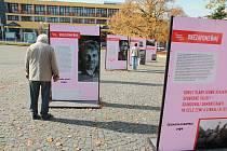 Výstava Nezapomeňme. 30 let svobody v Humpolci zůstane na humpoleckém Horním náměstí do konce listopadu.