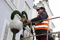 Suverénně nejvíce bude stát letošní vánoční výzdoba pelhřimovský městský rozpočet. Pracovníci letos montují ozdoby nejenom na sloupy lamp na Masarykově náměstí, dočkají se i odlehlejší ulice. Ostatní města se staví ke krášlení ulic zdrženlivěji.