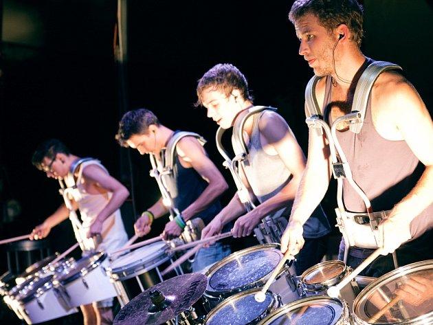 Show skupiny Marimba se vyznačují jak snahou o zapojení posluchačů, tak také důrazem na audiovizuální stránku vystoupení.