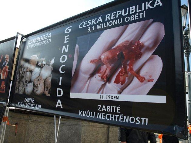 Sdružení se snaží kontroverzní fotografickou kampaní přimět lidi, aby problematiku potratů nepřehlíželi.