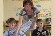 Děti ze školky si každé pondělí pod vedením učitelky Hany Machačové zkouší jaké to je ve školní lavici.