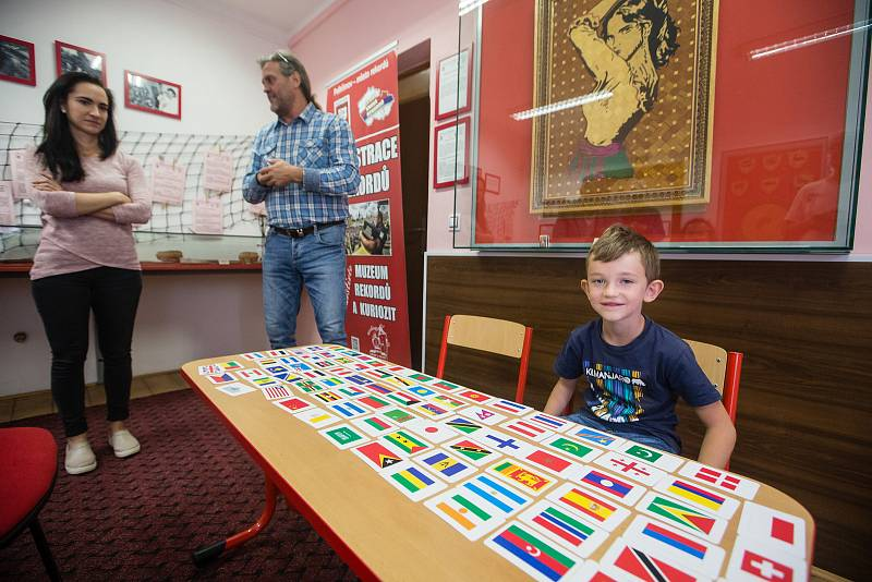 Sedmiletý Radim Hejsek vytvořil rekord v poznávání vlajek téměř 200 států světa a jejich hlavních měst.