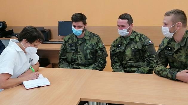 Vojáci v pelhřimovské nemocnici vypomáhali loni na podzim.