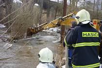 Ledové kry ucpaly koryto Kejtovského potoka v Pacově. Hrozilo jeho rozlití a zatopení domů. Pomoci museli hasiči.