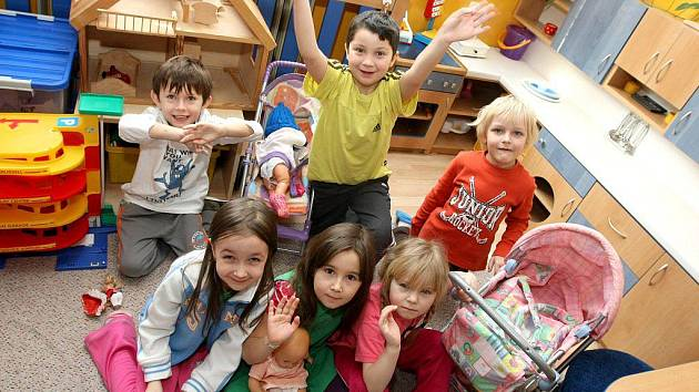 Tentokrát odpovídaly děti z Mateřské školky Pod Náspem v Pelhřimově. Kryštůfek Kutílek 5 let, Milošek Javorský 5 let, Šimonek Tesař 5 let, Eliška Šimonová 5 let, Sandra Mádlová 5 let, Anička Ondrová 5 let.