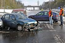 Jihlava je na tom poměrně dobře z hlediska těžkých dopravních nehod. Občas se městu a jeho okolí ale nevyhýbají. Snímek je zbřezna letošního roku, kdy se na dálničním přivaděči srazila auta při náledí