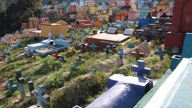 Hřbitov v Chichicastenangu, stejně jako v dalších guatemalských městech, nepůsobí smutným dojmem.