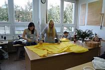 Studentky šijí kostým pro Tříkrálovou sbírku