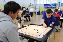 Ve sportovních sálech Střední průmyslové školy a Středního odborného učiliště Pelhřimov se sešlo třináct mladých hráčů hry Carrom.