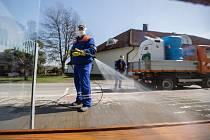 Dezinfekce zastávky autobusové dopravy, ilustrační foto