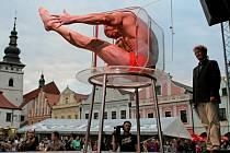 Akrobat Bob Divílek se před zraky diváků dokázal nasoukat do akvária.
