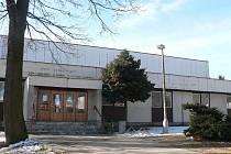 Sportovní hala, která sídlí u autobusového nádraží v Počátkách, projde rozsáhlou rekonstrukcí. Kromě zateplení vnějšího pláště dojde i k výměně oken. Nový tvar dostane i střecha.