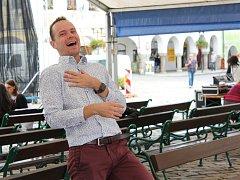 Organizátoři připravili pro zájemce jógu smíchu.