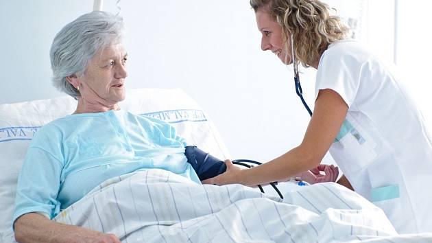 Nový radioterapeutický přístroj dokáže pomoci pacientům pelhřimovské nemocnice od bolesti.