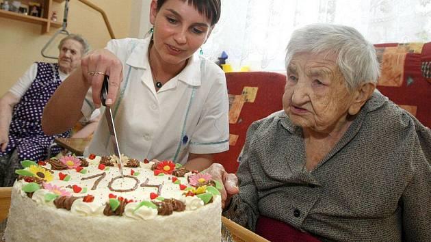 Stejně jako před rokem se Marie Vránová přípitku nebránila. Skleničku šampaňského do sebe obrátila s velkou chutí a pak se pustila do dortu. K požehnanému výročí 104 let jí do humpoleckého domova důchodců přišla popřát řada gratulantů.