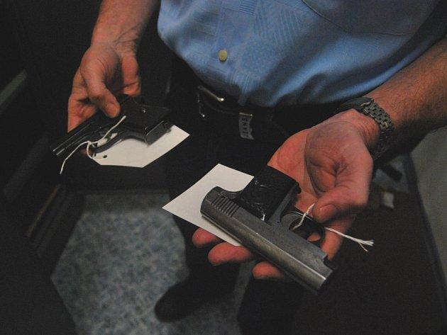 V sejfu pelhřimovské policie je uložena kromě krátkých pistolí i brokovnice, nebo dokonce samopal.