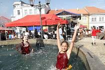 Pelhřimovské náměstí vyprahlé tropickými teplotami neskýtalo mnoho příležitostí ke svlažení. Spásou se tak stala kašna, do které děti skočily bez rozpaků.