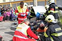 Hlavně děti přihlížely ukázkám, s nimiž včera do Kamenice nad Lipou přijeli profesionální  hasiči, policisté a záchranáři.