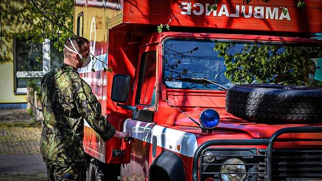Vojáci vyráží do Domova pro seniory v Humpolci.