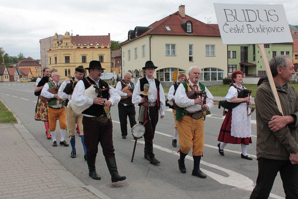 Součást sobotních pacovských dudáckých slavností byl i pochod městem. Folklorní soubory z mnoha koutů České republiky se prošly od pacovského zámku k tamní sokolovně, kde pokračoval zbytek programu.