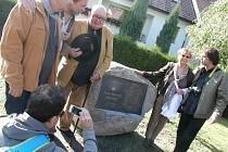 Město Humpolec se postaralo o dopravu balvanu na místo a o úpravu okolí památníku.  Pamětní desku navrhl Jan Zoubek. Zhotovena byla v ateliéru Matouše Holého.