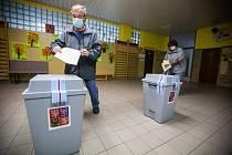 Manželé Fialovi u krajských voleb.