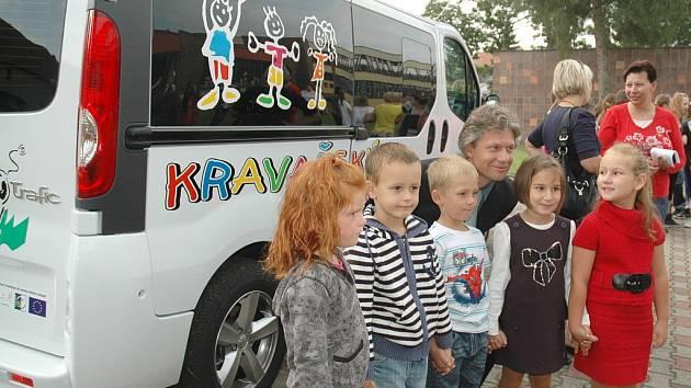 Do Základní a mateřské školy v Lukavci žáci dojíždějí minibusem.
