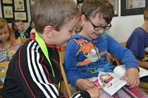 Prvňáčci ze tří tříd Základní školy Humpolec v Hradské ulici od začátku roku pravidelně navštěvovali knihovnu, kde se dozvěděli všechno podstatné o jejím chodu, četli si a povídali.