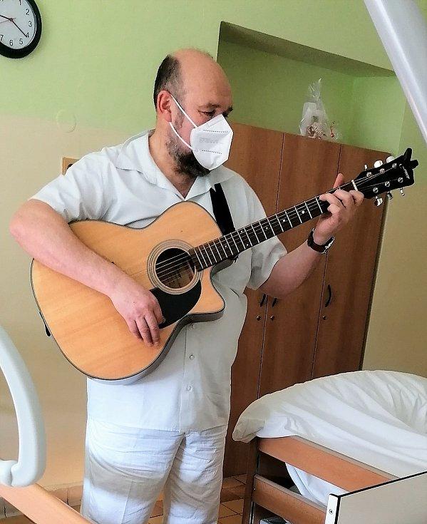 Duchovní Jan Blažek, který dříve působil jako vojenský kaplan, pomáhá lidem v pelhřimovské nemocnici.