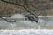 Voda se ve středu valila proudem i v řece Bělé v Pelhřimově.