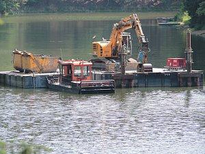 Sedlickou přehradu obsadila těžká technika