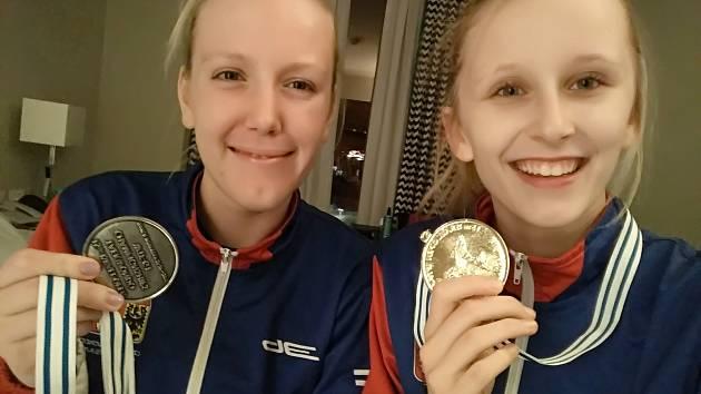 Úspěšné pelhřimovské taekwondistky – vlevo Iveta Jiránková, vpravo Dominika Hronová.