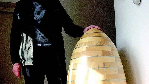 Čerstvě oceněného Nositele tradice lidových řemesel Antonína Hájka (na snímku) pojí k Pelhřimovu náklonnost i díky obří kraslici vystavené v tamní expozici Zlaté české ručičky.