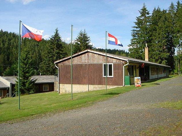 Kemp Kovárna v údolí Trnávky u Červené Řečice tento týden zabydlel první holandský karavan. Majitelé kempu zatím nižší návštěvnost oproti loňsku přičítají počasí.