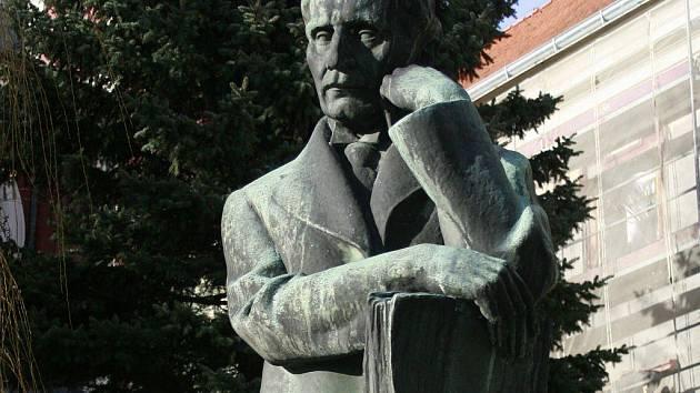 Pomník Antonína Sovy stojí před zámkem v Pacově, kde se básník narodil.