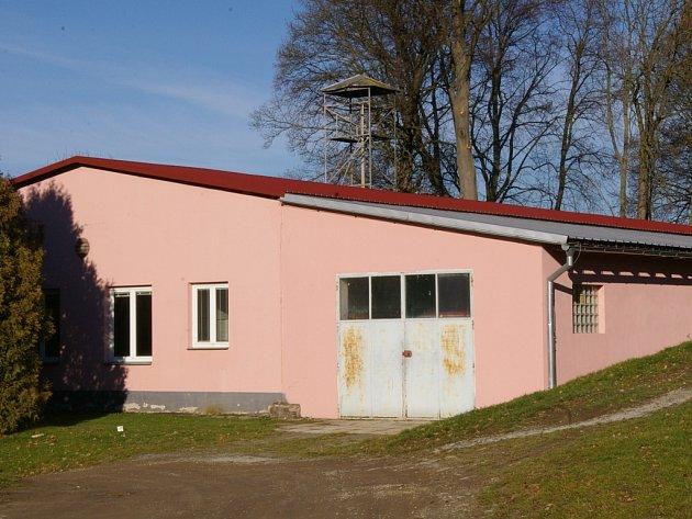 Nyní se hasičárna může pochlubit větší a hlavně novou střechou.