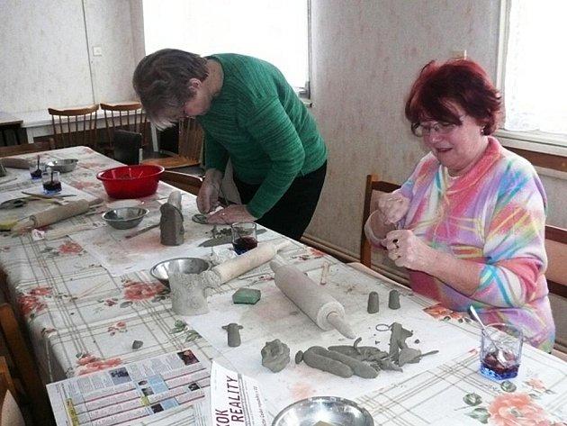 Pelhřimovské ženy se v klubu Pohoda věnují tvůrčím činnostem. Vyzkoušely si i práci s keramickou hlínou.
