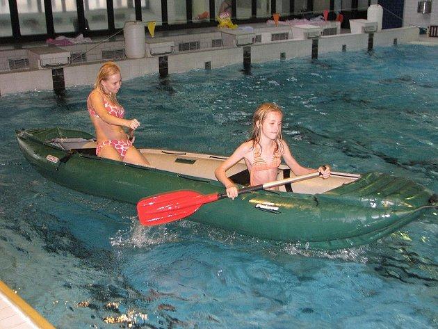 Vodáci v pelhřimovském bazénu.